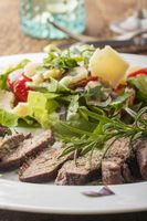Scheiben von einem Steak auf frischem Salat