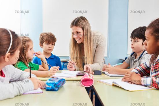 Lehrerin macht Hausaufgaben Betreuung