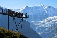 Touristen auf der Aussichtsplattform vom First Cliff Walk by Tissot vor der Fiescherhorn-Nordwand und dem Grindelwaldgletscher