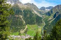Blick vom Wanderweg hinunter nach Gries, Ötztal, Österreich