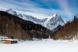 Zugefrorener Riessersee bei Garmisch Partenkirchen im Winter