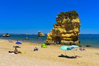 Felsformation am Strand Praia da Dona Ana