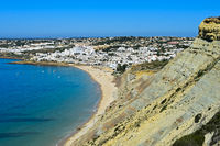Blick auf Praia de Luz an der Algarve Küste, Portugal