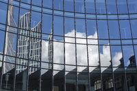 Fassade eines modernen Bürogebäudes in Frankfurt, Deutschland, mit Spiegelung