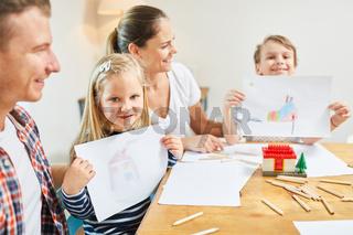 Kinder in Familie malen Haus als Eigenheim Wunsch