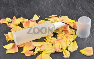 Naturkosmetik und Rosenblätter auf Schiefer - Natural cosmetics and rose petals on shale