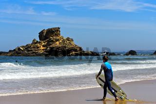 Wellenreiter am Strand Praia do Castelejo an der Costa Vicentina Küste