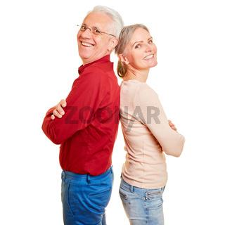 Senioren Paar lehnt Rücken an Rücken