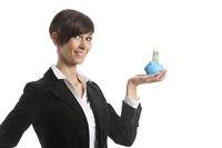 junge Geschäftsfrau mit einem Sparschwein