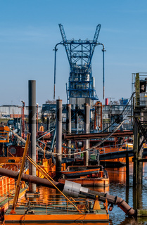 Blick auf Schuten in der Saugerstation der HPA und Förderanlage der Aluminiumhütte Trimet Aluminium SE im Hintergrund in Finkenwerder.