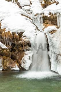 Kleiner Wasserfall an der Kuhflucht bei Farchant, Garmisch Partenkirchen, im Winter