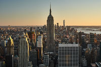 Skyline von New York City mit dem Empire State Building im Sonnenuntergang