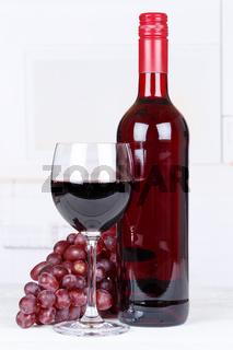 Wein rot Rotwein Weintrauben Trauben Hochformat Textfreiraum Copyspace