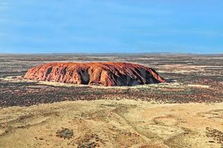 Helikopterflug über den Uluru im Uluṟu-Kata-Tjuṯa-Nationalpark im Northern Territory von Australien