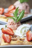 Belgische Waffel mit Erdbeeren auf Holz