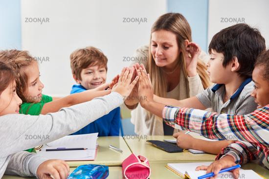 Schüler geben sich High Five für Kooperation
