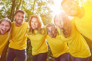Gruppe als Team bei Umarmung zur Motivation