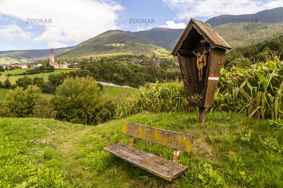 Wanderweg in Südtirol bei Brixen, Italien