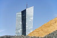 EZB hinter Sand- und Schotterhalden