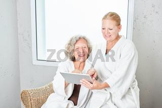 Zwei Senior Frauen mit Tablet Computer