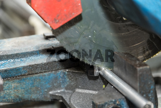 Metallkreissäge schneidet ein Metallrohr - Nahaufnahme