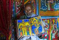 Orthodoxer Priester der Felsenkirche Mikael Mellehayzengi zeigt Buch Wunder der Maria, Äthiopien