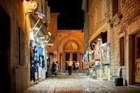 Altstadt von Porec in Kroatien am Abend