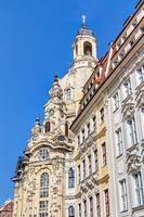 Frauenkirche am Neumarkt in Dresden und wiederaufgebaute, historische Gebäudesubstanz