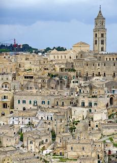Altstadt von Matera mit den Gebäuden im Sasso Barisano und dem Turm der Kathedrale