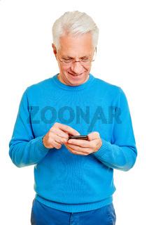 Senior bei Smartphone Kommunikation