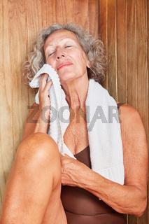 Seniorin genießt die gesunde Wärme
