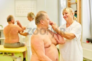 Senior Patient wird mit Chiropraktik behandelt