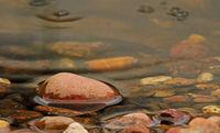 Kieselsteine im Wasser