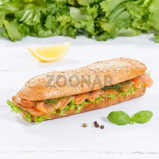 Brötchen Sandwich Vollkorn Baguette belegt mit Lachs Fisch Quadrat auf Holzbrett