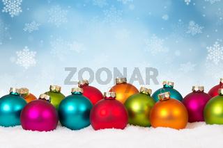 Weihnachten viele bunte Weihnachtskugeln Dekoration Schneeflocken Schnee Winter