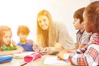 Kindern machen Hausaufgaben in OGS Betreuung