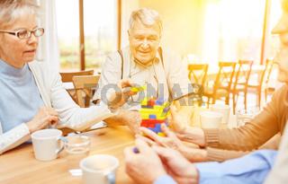 Senioren mit Demenz und Alzheimer spielen