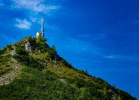 Sendemast auf dem Berggipfel