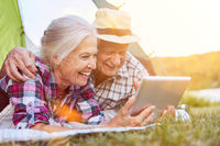 Paar Senioren bei Videochat mit Tablet Computer