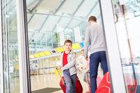 Junge mit Gepäck im Flughafen Terminal