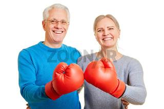 Senioren Paar mit roten Boxhandschuhen