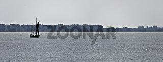 Traditionelles Segelboot (Zeesboot) auf glitzerndem Wasser am Barther Bodden bei Zingst