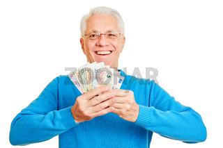 Senior hält Fächer aus Euro Geldscheinen in Händen