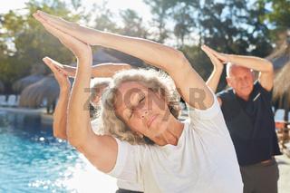 Frau als Yogalehrer mit Senioren im Spa