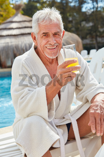 Senior im Ruhestand entspannt am Pool