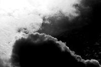 Dunkle Gewitterwolken mit Sonnendurchbrüchen