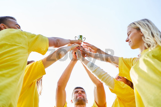 Sieger Team hält den Pokal in die Höhe