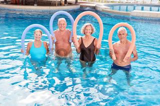 Aquafitness Kurs mit Schwimmnudel im Pool