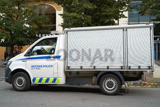 Polizeiauto während eines Polizeieinsatzes in Prag