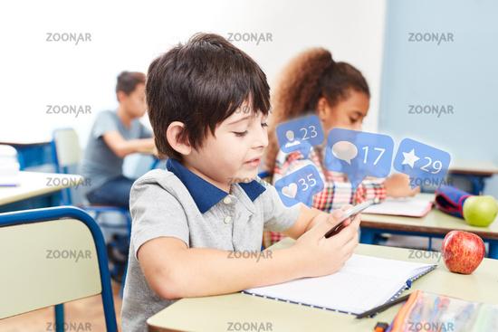 Schüler nutzt Smartphone im Unterricht